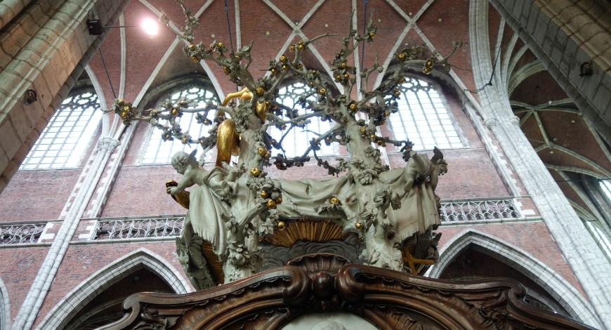 A cherub snatches an apple from a serpent, Gent: Sint-Baafskerk